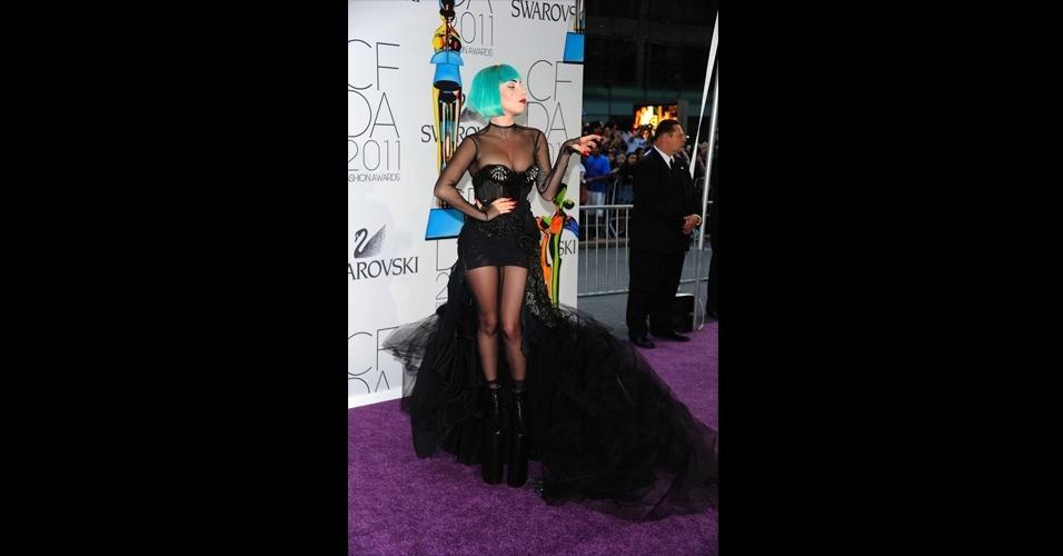 Até Lady Gaga já usou a saia mullet. Seu vestido Mugler repleto de rendas, transparências, texturas e recortes ganhou mais dramaticidade com a saia mais longa e volumosa na parte de traz, formando uma cauda que se contrastou com a minissaia