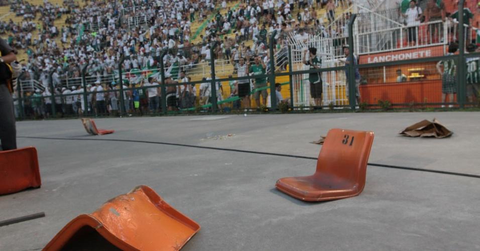 Cadeiras do Pacaembu foram arremessadas para dentro de campo no Palmeiras x Corinthians