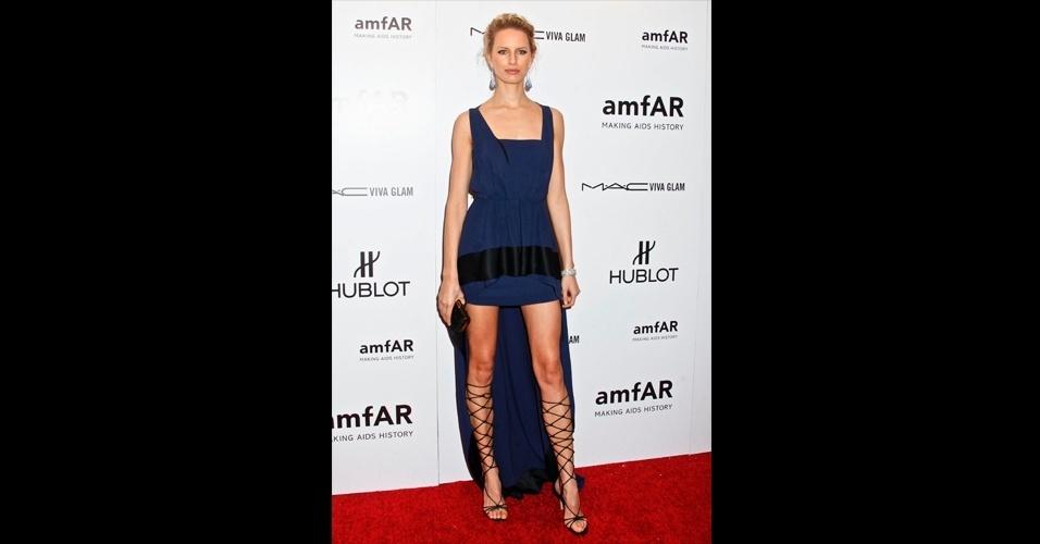 Como a saia mullet valoriza as pernas e os sapatos, a top Karolina Kurkova usou um vestido Vionnet azul combinado com sandálias trançadas por suas pernas, voltando ainda mais os olhares para esta região do corpo