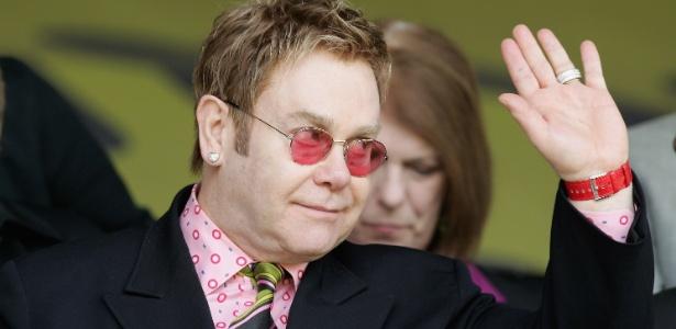Elton John acena para o público durante um jogo do Watford; cantor já foi dono e é presidente honorário do clube inglês