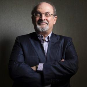 """Escritor Salman Rushdie posa para foto na divulgação de """"Os Filhos da Meia-Noite"""" no Festival de Toronto"""