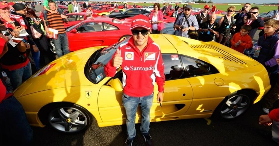 Felipe Massa posa para foto antes de liderar desfile com 964 Ferraris em Silverstone, recorde da marca