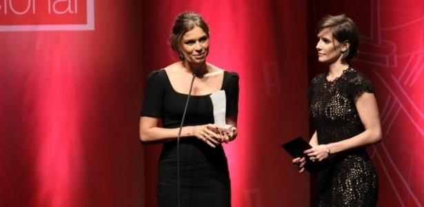 Grazi Massafera recebe o prêmio de Melhor Atriz por