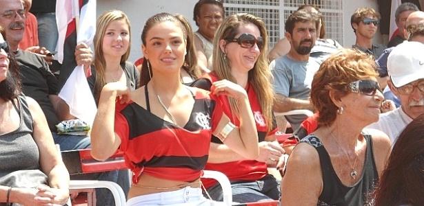 Isis Valverde veste camisa do Flamengo em gravação de Avenida Brasil