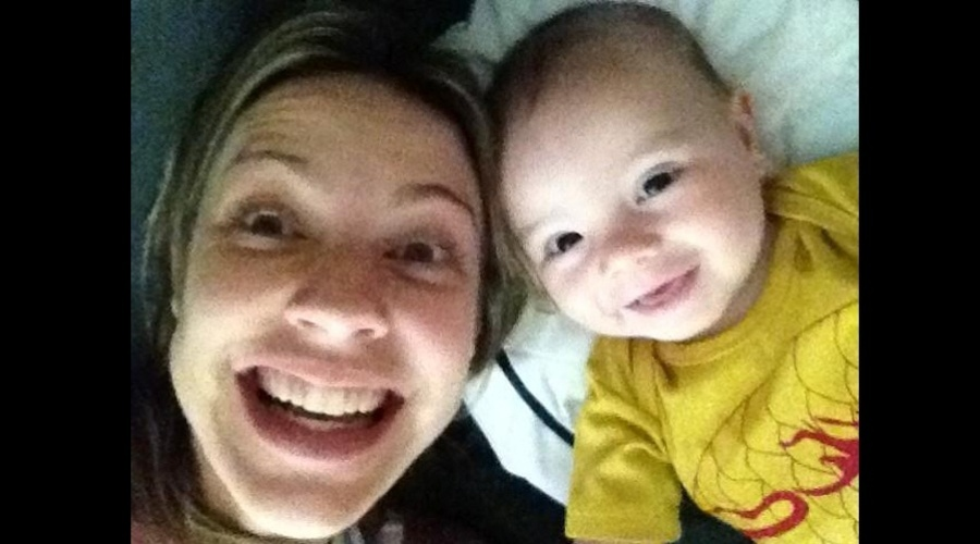 Luana Piovani tirou uma foto ao lado do filho, o menino Dom (17/9/12)