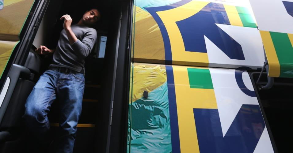 Lucas, meia do São Paulo, desce do ônibus da seleção na chegada ao hotel em Goiânia