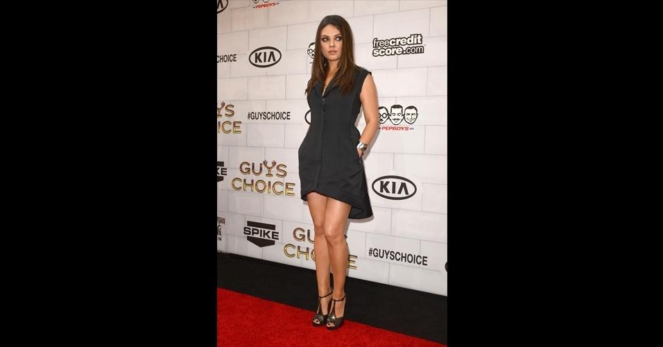 """Mila Kunis usou um vestido curtinho e mais estruturado, mostrando a versabilidade do mullet. O visual """"clean"""" da atriz contou com sapatos de salto escuros e bracelete prata"""