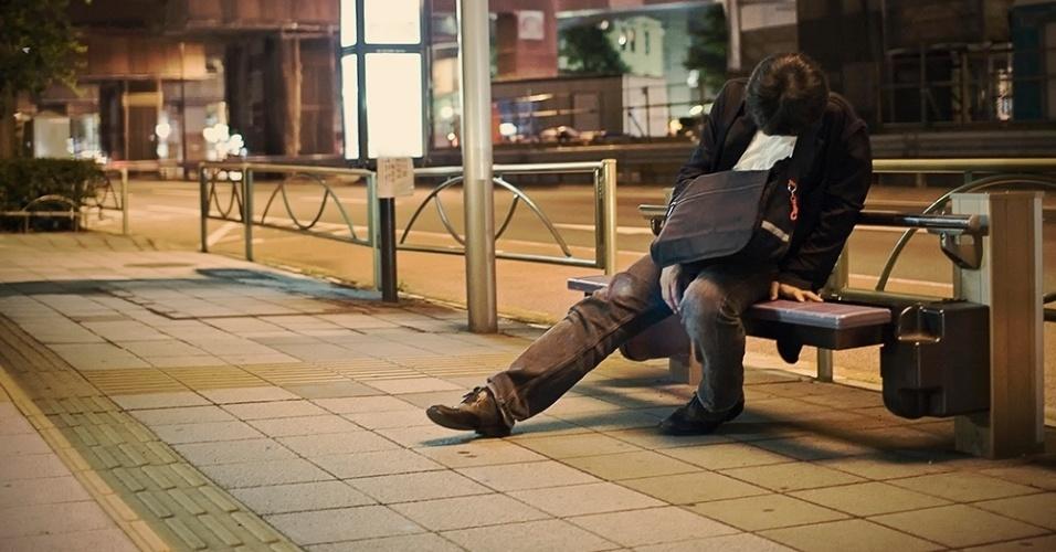 Pelas ruas da capital japonesa, Storey encontrou pessoas com os mais diferentes perfis e dos mais variados estratos sociais dormindo pelas ruas