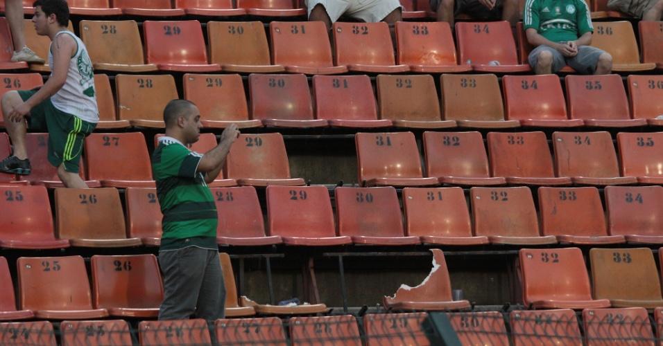 Torcedores observam cadeiras quebradas no Pacaembu após Palmeiras x Corinthians