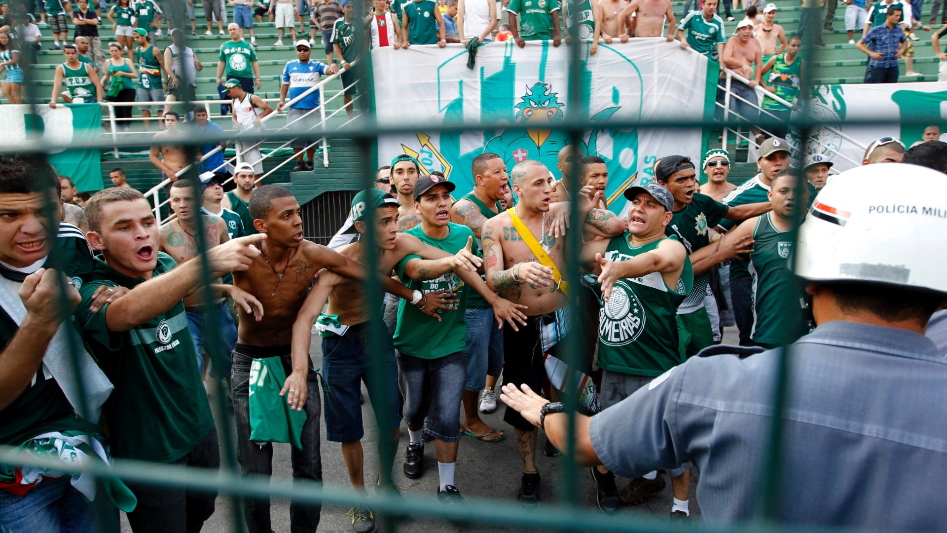 Torcida do Palmeiras  contida por policiais durante clssico contra o Corinthians