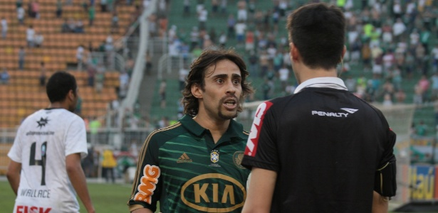 Valdivia reclama com arbitragem após gol anulado do Palmeiras