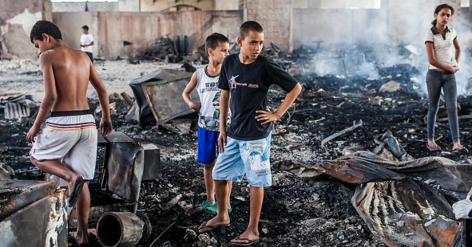 18.set.2012 - Crianças observam estragos nesta terça-feira (18) na favela do Moinho, no centro de São Paulo, após incêndio que atingiu o local ontem (17)