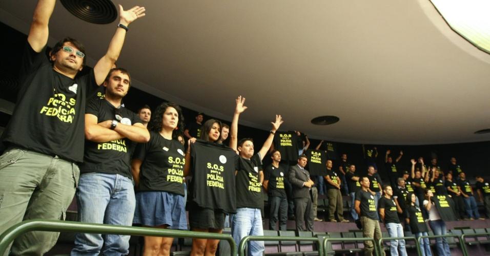 18.set.2012 - Em greve, policiais federais participam de protesto na galeria do plenário da Câmara dos Deputados, em Brasília
