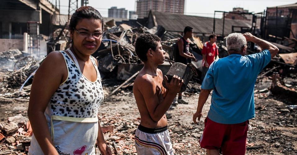 18.set.2012 - Moradores tentam salvar objetos para vender nesta terça-feira (18), após incêndio que atingiu na favela do Moinho ontem (17), no centro de São Paulo