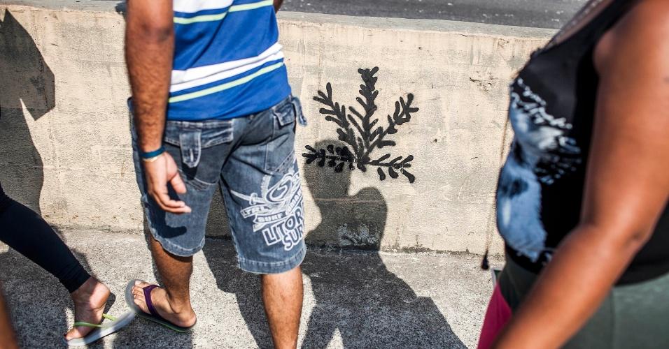 18.set.2012 - Pessoas transitam nesta terça-feira (18) por viaduto interditado após incêndio que atingiu ontem (17), a favela do Moinho, que fica embaixo da ponte, no centro de São Paulo