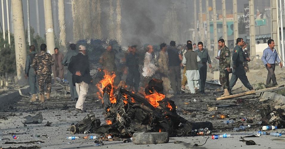 18.set.2012 - Polícia afegã investiga local de atentado suicida em Cabul, no Afeganistão. Uma mulher-bomba matou 12 pessoas em ataque motivado por filme anti-Islã