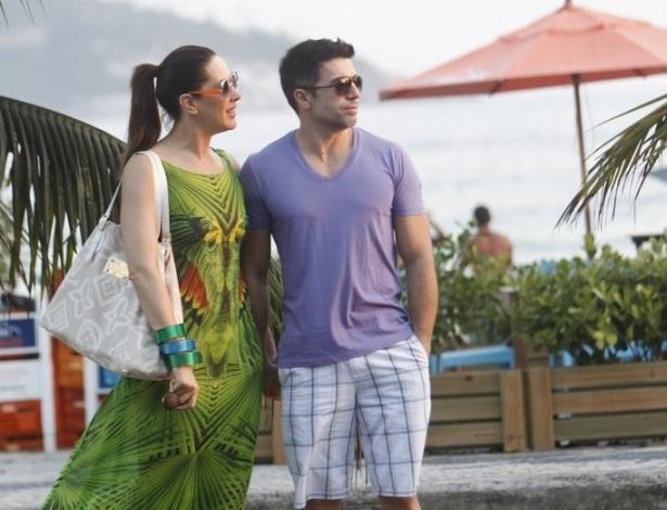 A atriz Cláudia Raia passeia com o namorado Jarbas na orla da Barra da Tijuca, praia na zona sul do Rio de Janeiro no final de tarde desta terça-feira (18). O casal sentou-se em um quiosque e aproveitou a vista do local com duas águas de coco (18/9/12)