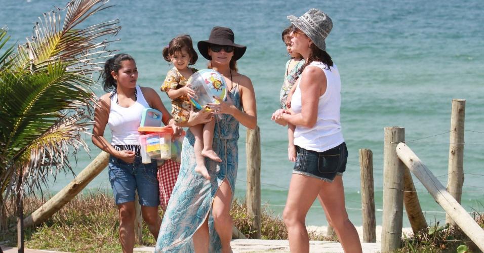 A atriz Giovanna Antonelli curte dia de praia com as filhas gêmeas Antonia e Sofia na Barra da Tijuca. (18/9/12) A atriz interpretará a personagem Heloísa na próxima novela das 21h, Salve Jorge.