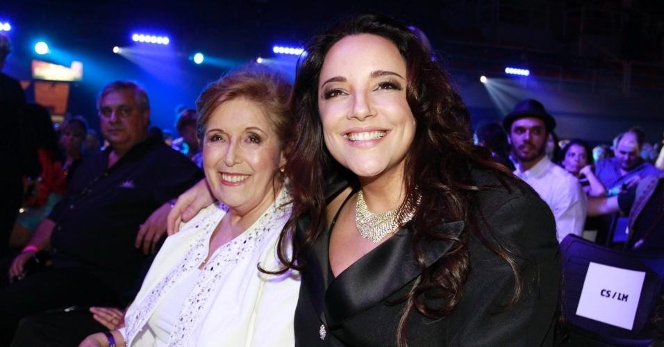 A cantora Ana Carolina e sua mãe Aparecida comparecem ao 19ª Prêmio Multishow (18/9/12)