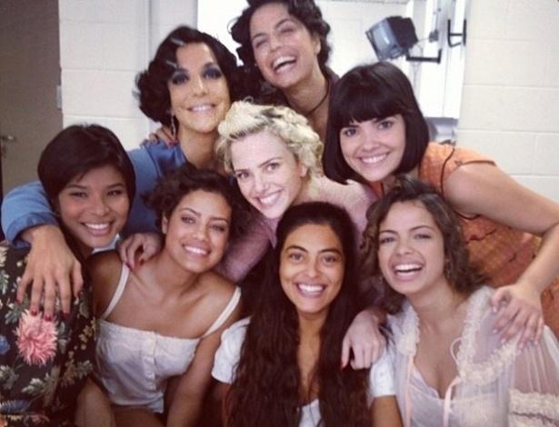"""Ivete Sangalo tira foto com elenco feminino de """"Gabriela"""" e diz que elas serão """"amigas para sempre"""" (18/9/12)"""