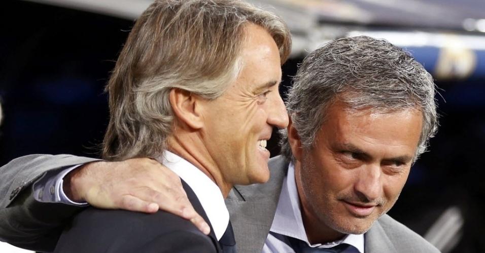 José Mourinho (dir), técnico do Real Madrid,cumprimenta o rival Roberto Mancini