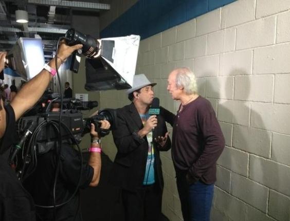O cantor Erasmo Carlos, que irá se apresentar ao vivo no 19º Prêmio Multishow, é entrevistado pelo apresentador Sérgio Mallandro (18/9/12).