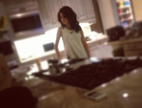 O cantor Justin Bieber publicou em seu Instagram uma imagem que mostra a namorada Selena Gomez em uma cozinha (18/9/12). O casal teen está se preparando para construir uma casa juntos em Los Angeles, de acordo com o site Hollywood Life