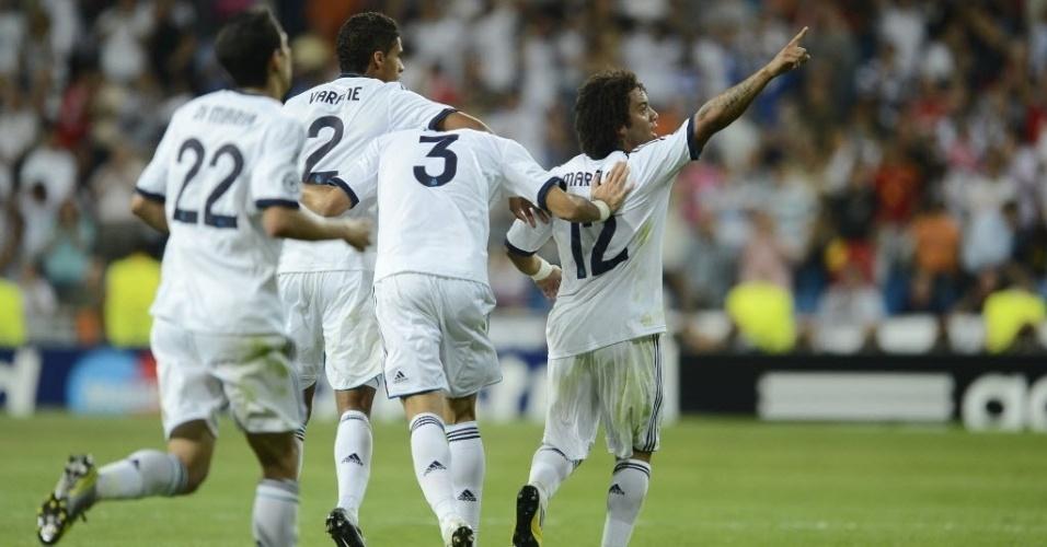 O lateral Marcelo é comemorado pelos companheiros de Real Madrid