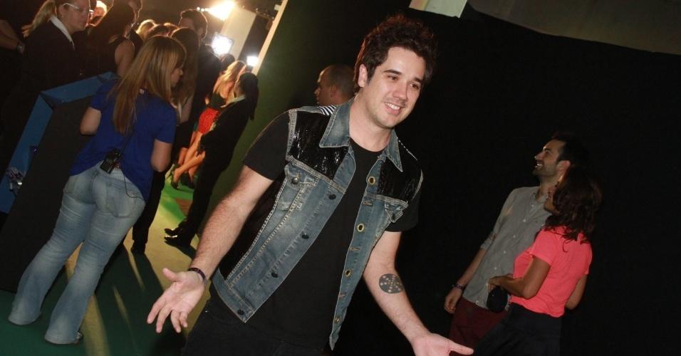 O vocalista da banda Jota Quest, Rogério Flausino, chega ao 19º Prêmio Multishow (18/9/12).