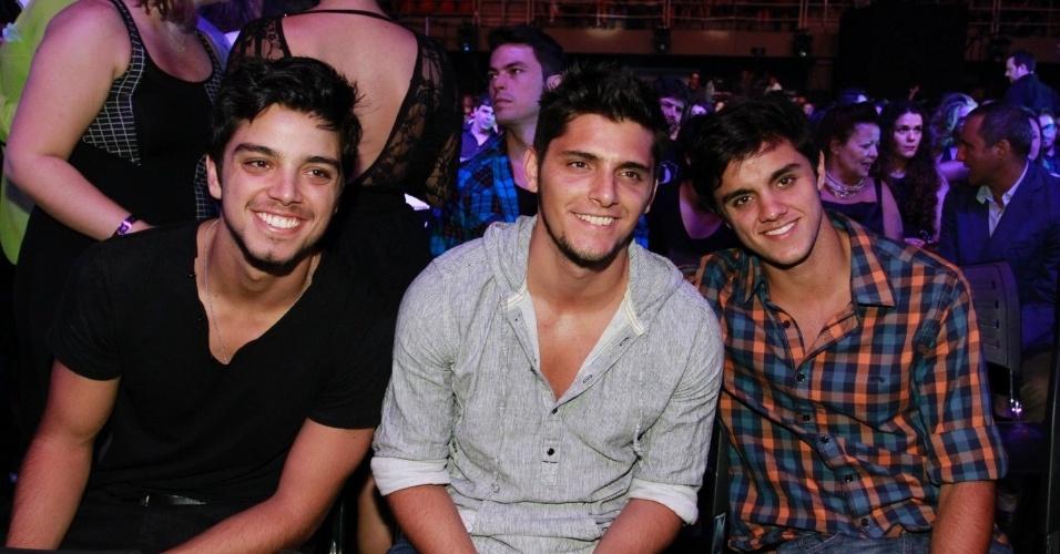Os irmãos Rodrigo Simas, Bruno Gissoni e Felipe Simas assistem ao 19ª Prêmio Multishow  (18/9/12)
