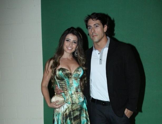 """Paula Fernandes e o namorado dentista Henrique, 33, participam do """"Prêmio Multishow"""""""