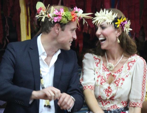 Príncipe William e duquesa Catherine dançam durante festa em Funafuti, nas ilhas Tuvalu (18/9/12)