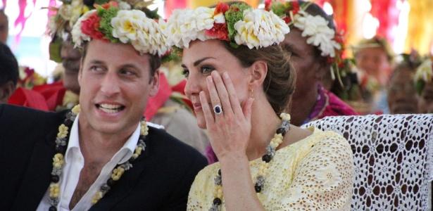 Príncipe William e duquesa Catherine são recepcionados com flores na ilha Tuvalu, na Polinésia (18/9/12)