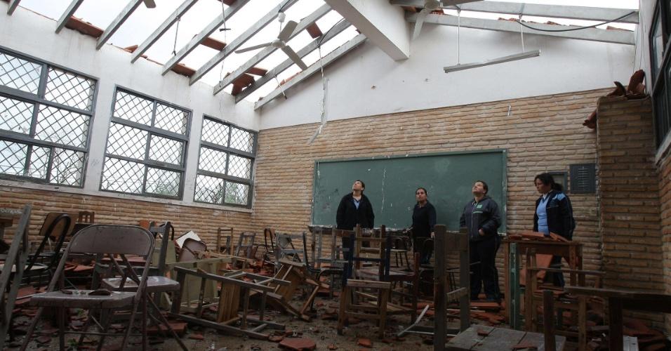 19.set.2012 - Secretaria de Emergência Nacional do Paraguai visita destroços de escola em Mariano Roque Alonso, no Paraguai