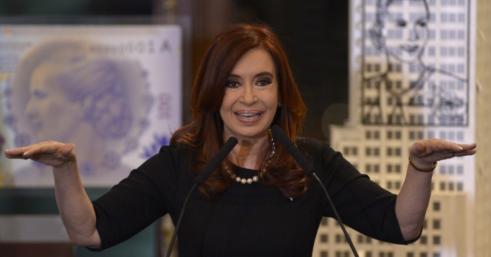 19.set.2012 - A presidente argentina, Cristina Kirchner, anunciou no pal&#225;cio do governo, em Buenos Aires, um novo projeto de lei sobre as compensa&#231;&#245;es industriais, al&#233;m de outros dois decretos --um para a cria&#231;&#227;o de lucro menor para companhia de seguros e outro para dedu&#231;&#245;es mut&#225;veis sobre a exporta&#231;&#227;o de biodiesel 