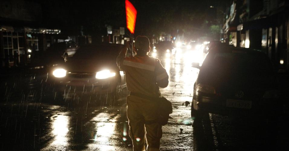 19.set.2012 - Agente de trânsito tenta guiar motoristas em meio ao apagão que atingiu ruas, residências e estabelecimentos comerciais em Manaus nesta quarta-feira (19). O apagão foi causado por um vendaval, de acordo com a Eletrobras Amazonas Energia, empresa subsidiária da Eletrobras