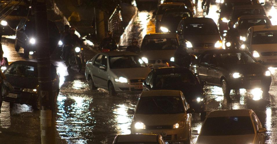 19.set.2012 - Após um período de estiagem de 63 dias, chuva intensifica movimento de carros na marginal Pinheiros, na altura da Ponte João Dias, sentido Campo Limpo, na zona sul de São Paulo