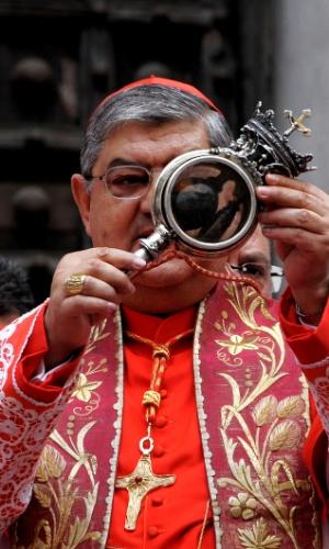 19.set.2012 - Arcebispo de Nápoles mostra ampola com sangue de São Januário