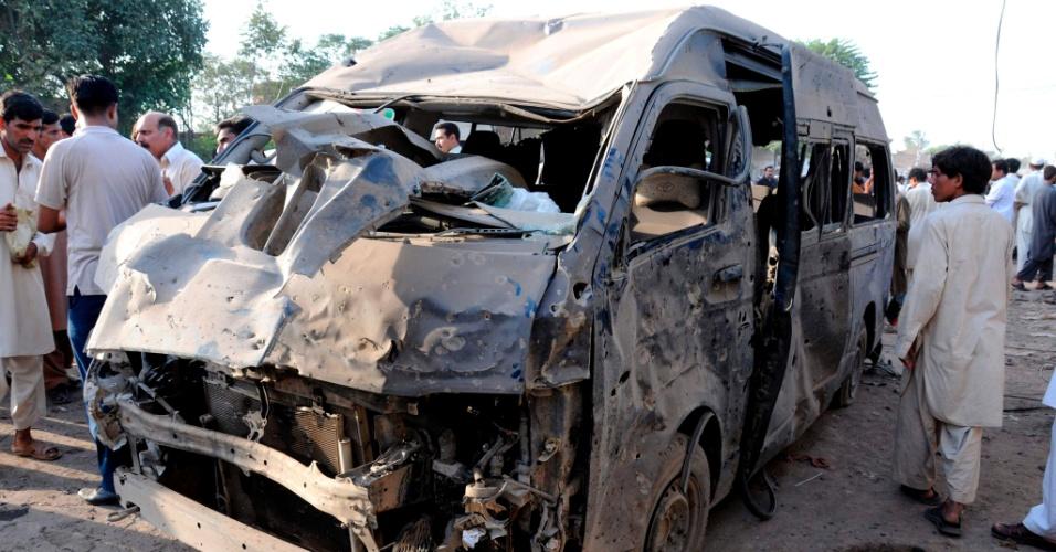 19.set.2012 - Autoridades de segurança inspecionam local onde pelo menos dez pessoas morreram e outras 30 ficaram feridas após explosão de uma bomba na passagem de um micro-ônibus em Peshawar, no noroeste do Paquistão