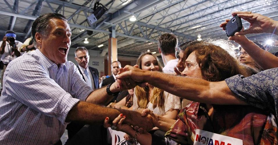 19.set.2012 - Candidato presidencial republicano e ex-governador de Massachusetts, Mitt Romney, cumprimenta simpatizantes em comício em Miami, na Flórida