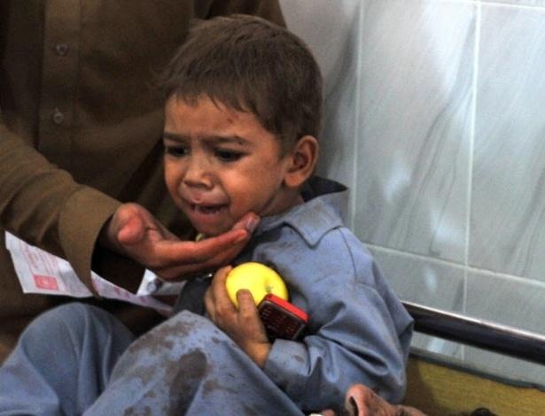 19.set.2012 - Criança chora ao ver pai ferido em um hospital, após a explosão de uma bomba em Peshawar, no Paquistão. Ao menos nove pessoas morreram no atentado, segundo autoridades