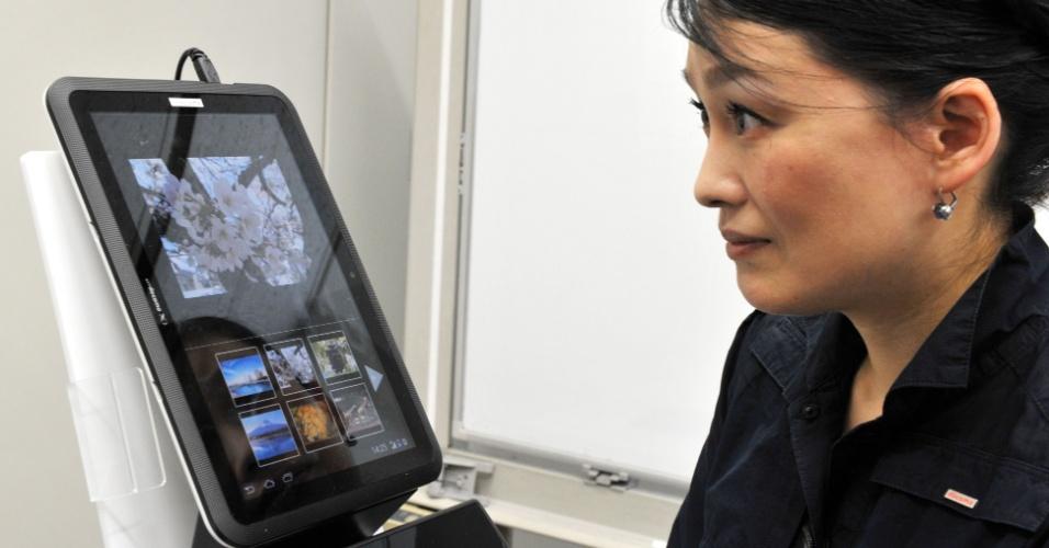 19.set.2012 - Funcionária da NTT Docomo demonstra, no Japão, um protótipo de tablet que funciona com os movimentos dos olhos. Um sensor infravermelho no aparelho permite que o usuário navegue na internet, vire páginas e jogue games sem utilizar as mãos. Ainda não há data de lançamento para a novidade