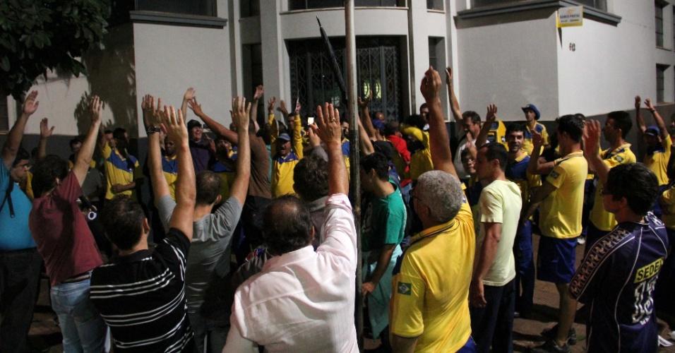 19.set.2012 - Funcionários da Empresa Brasileira de Correios e Telégrafos (ECT) de Ribeirão Preto decidiram aderir à greve nacional da categoria. Os servidores da empresa em 16 Estados, além do Distrito Federal (DF), optaram pela paralisação por tempo indeterminado