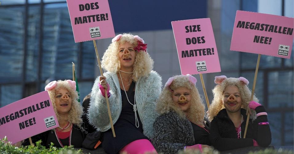 19.set.2012 - Manifestantes vestidos de porco fazem protesto contra reforma agrícola em Bruxelas