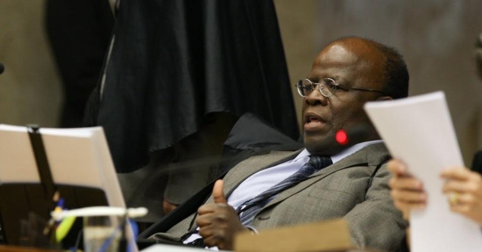 19.set.2012 - O relator do mensalão, o ministro Joaquim Barbosa, lê seu voto durante sessão do julgamento que analisa a compra de apoio político de parlamentares