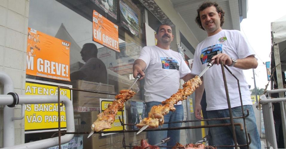 """19.set.2012 - O Sindicato dos bancários e funcionários de bancos, fazem """" churrascão dos bancários """" no centro de Palhoça, SC"""