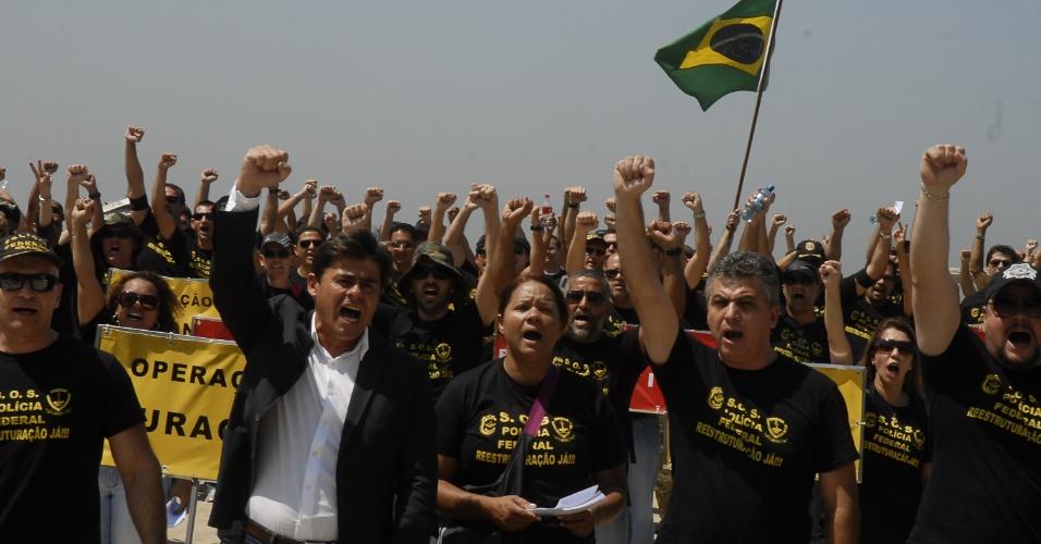 19.set.2012 - Policiais federais em greve fazem manifestação nesta quarta-feira na praia de Copacabana, onde fixaram na areia 30 placas com os nomes das principais operações da PF no país