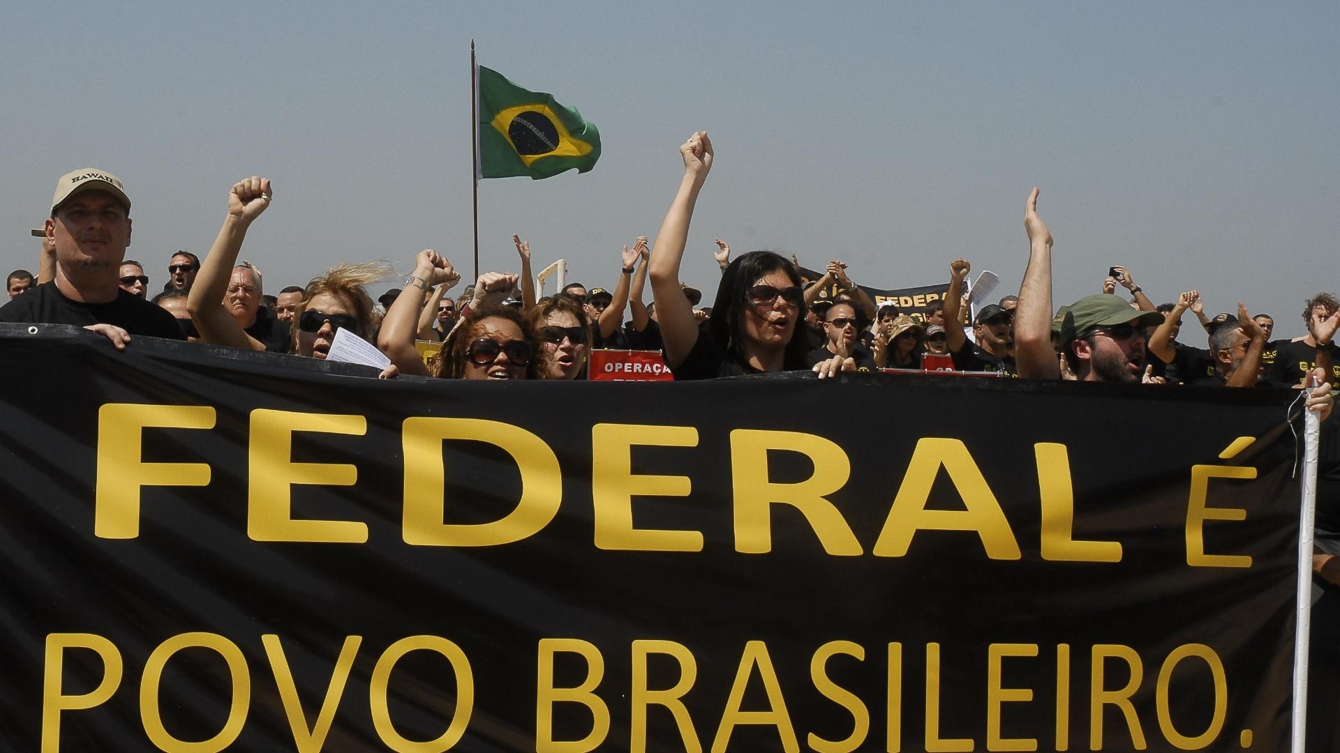 http://imguol.com/2012/09/19/19set2012---policiais-federais-em-greve-fazem-manifestacao-nesta-quarta-feira-na-praia-de-copacabana-onde-fixaram-na-areia-30-placas-com-os-nomes-das-principais-operacoes-da-pf-no-pais-1348078607421_1920x1080.jpg