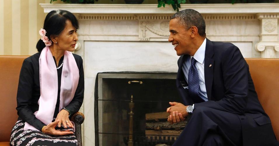 19.set.2012 - Presidente dos EUA, Barack Obama, recebe a Nobel da Paz de Mianmar, Aung San Suu Kyi, para uma reunião no Salão Oval da Casa Branca, em Washington, nesta quarta-feira (19)