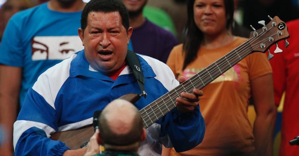 19.set.2012 - Presidente venezuelano e candidato à reeleição, Hugo Chávez, toca uma guitarra elétrica durante um comício eleitoral com a juventude do Partido Socialista realizado em Caracas. As eleições no país serão realizadas no dia 7 de outubro